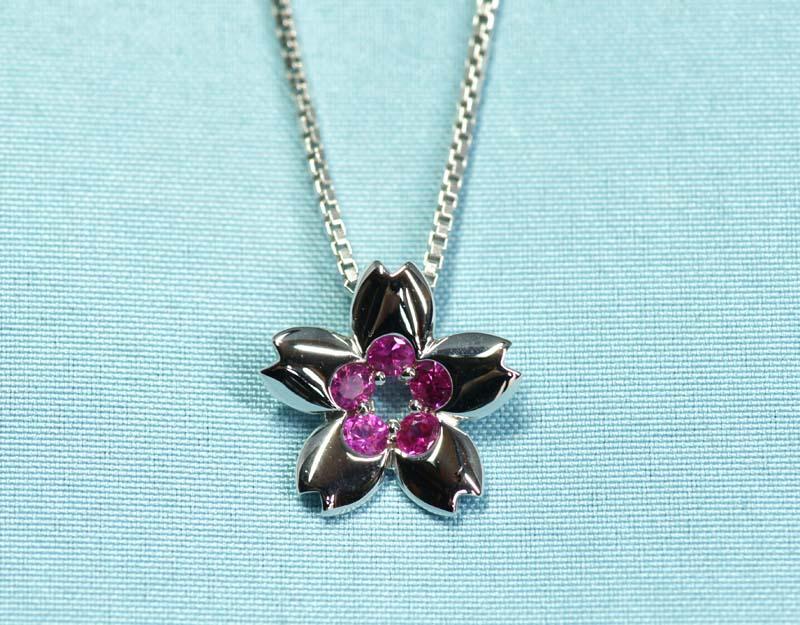 濃いピンクサファイヤの8分咲きカラー